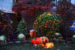 布鲁克林,纽约- 2017年12月20日- Dyker高度圣诞灯在假日装饰为 库存图片