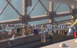 在布鲁克林大桥的爱锁 免版税库存图片
