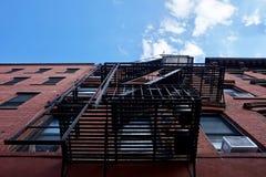 布鲁克林,NY -金属在砖瓦房外部的防火梯台阶  免版税库存图片