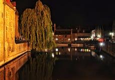 布鲁基与运河和老大厦,比利时的夜视图 免版税库存照片