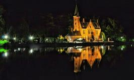 布鲁基与运河和老大厦,比利时的夜视图 免版税库存图片