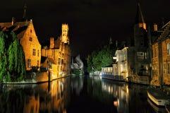布鲁基与运河和老大厦,比利时的夜视图 库存图片