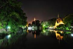 布鲁基与运河和老大厦,比利时的夜视图 库存照片