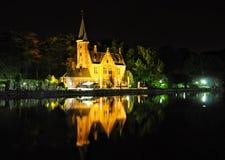 布鲁基与运河和老大厦,比利时的夜视图 免版税图库摄影
