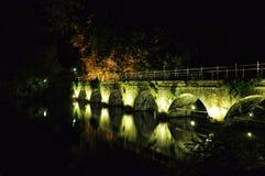 布鲁基与运河和老桥梁,比利时的夜视图 库存照片
