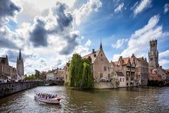 布鲁基中世纪历史的市 布鲁基街道和历史的中心、运河和大厦 比利时 免版税图库摄影