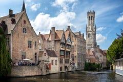 布鲁基中世纪历史的市 布鲁基街道和历史的中心、运河和大厦 比利时 库存照片
