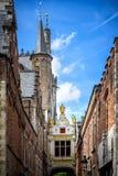 布鲁基中世纪历史的市 布鲁基街道和历史的中心、运河和大厦 比利时 免版税库存照片