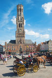 布鲁基,比利时- 2014年6月13日:在格罗特Markt和贝尔福搬运车布鲁基上的支架在背景中 免版税库存照片