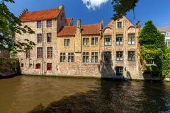 布鲁基 在运河的中世纪房子 免版税库存图片