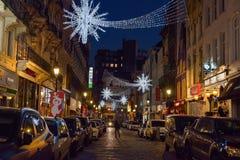 布鲁塞尔、比利时- 2016年12月05日-圣诞节街灯作为冬天奇迹的部分和圣诞节销售2016年 免版税库存图片
