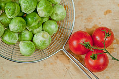 布鲁塞尔圆白菜和西红柿 库存照片