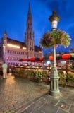 布鲁塞尔城镇厅在布鲁塞尔大广场在晚上 免版税图库摄影