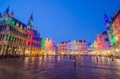 布鲁塞尔大广场的夜场面在布鲁塞尔 免版税库存照片