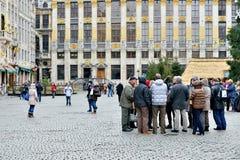 布鲁塞尔大广场的游人在布鲁塞尔,比利时 免版税库存照片