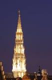 布鲁塞尔市政厅塔在美好的晚上点燃 免版税库存照片