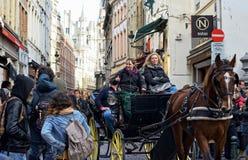 布鲁塞尔的历史中心由游人拥挤 免版税库存照片