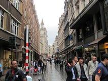布鲁塞尔街道的游人  库存照片