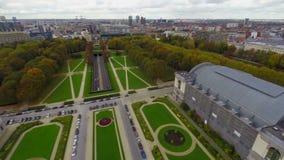 布鲁塞尔通过公园飞行,交通隧道汽车,空中城市视图 股票录像