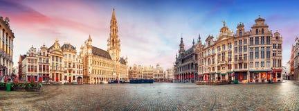 布鲁塞尔,布鲁塞尔大广场在美好的夏日, Belgi全景  免版税库存图片