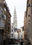 布鲁塞尔,比利时:从旁街道看见的布鲁塞尔大广场塔 免版税图库摄影