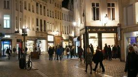 布鲁塞尔,比利时- 2018年11月:走在dowtown街道的人们在晚上 股票录像