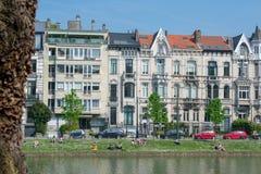 布鲁塞尔,比利时- 2018年4月21日:享受晴朗的天气的人们在伊克塞尔/Elsene湖 免版税库存照片