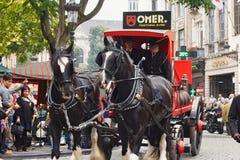 布鲁塞尔,比利时- 2014年9月06日:厄梅尔品牌的介绍与马支架的在啤酒制造商期间游行  库存图片