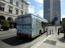 布鲁塞尔,比利时- 2018年7月10日:在新制造的线STIB 33的电公共汽车在布鲁塞尔 库存照片