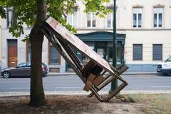 布鲁塞尔,比利时- 2018年8月8日:广告标志夜间倾斜反对树在重的风被炸开的布鲁塞尔以后 库存照片