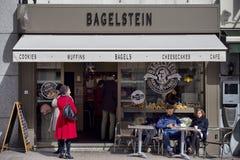 布鲁塞尔,比利时- 2018年3月30日:接近卢森堡广场的百吉卷商店在布鲁塞尔 图库摄影