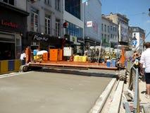 布鲁塞尔,比利时- 2018年7月10日:道路复原在Chausse d `伊克塞尔运作在伊克塞尔,布鲁塞尔 库存图片