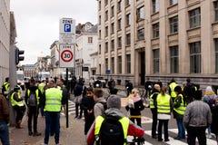 """布鲁塞尔,比利时- 2018年11月30日:France's """"yellow vest†反税运动启发的抗议者 库存照片"""