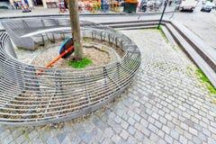 布鲁塞尔,比利时2016年7月07日:在舒适欧洲人的现代长凳 免版税库存图片