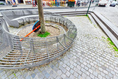 布鲁塞尔,比利时2016年7月07日:在舒适欧洲人的现代长凳 库存图片