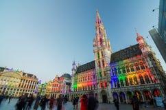 布鲁塞尔,比利时- 2015年5月13日:访问布鲁塞尔的著名布鲁塞尔大广场游人 免版税图库摄影