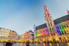 布鲁塞尔,比利时- 2015年5月13日:访问布鲁塞尔的著名布鲁塞尔大广场游人 库存照片