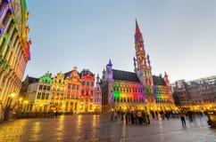 布鲁塞尔,比利时- 2015年5月13日:访问著名布鲁塞尔大广场(格罗特Markt)的游人布鲁塞尔中心广场  免版税库存图片