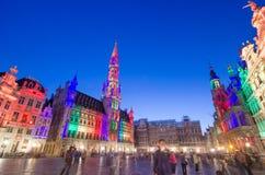 布鲁塞尔,比利时- 2015年5月13日:访问著名布鲁塞尔大广场(格罗特Markt)的游人布鲁塞尔中心广场  免版税图库摄影