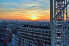 布鲁塞尔,比利时- 2016年12月05日-在布鲁塞尔的日落从弗累斯大转轮在圣诞节市场上 免版税库存图片