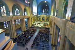 布鲁塞尔,比利时- 2016年12月05日-耶稣圣心库克尔贝尔赫的全国大教堂的内部 免版税库存照片
