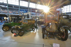 布鲁塞尔,比利时- 2016年12月05日- Autoworld博物馆,从开始显示汽车的历史老汽车收藏 免版税库存图片