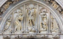 布鲁塞尔-圣迈克尔在城镇厅哥特式门面的天使  库存照片