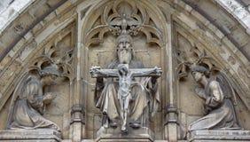 布鲁塞尔-在Notre Dame de la Chapelle哥特式教会东部门户的三位一体  库存图片