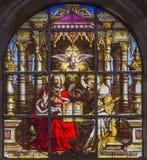 布鲁塞尔-在windwopane的三位一体从19 分 在圣迈克尔和st Gudula大教堂里  库存照片