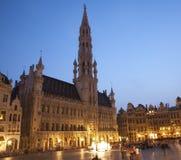 布鲁塞尔-城镇厅在夜间。 全部宫殿。 免版税库存照片
