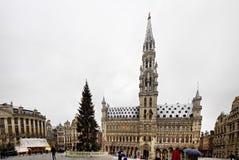 布鲁塞尔- 12月10 :圣诞树在布鲁塞尔大广场,布鲁塞尔中心广场在雪盖了 库存照片
