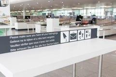 布鲁塞尔/比利时06 08 18 :安全安全检查中止机场布鲁塞尔zaventem 库存图片