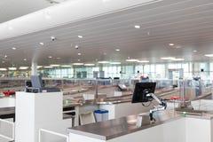 布鲁塞尔/比利时06 08 18 :安全安全检查中止机场布鲁塞尔zaventem 库存照片