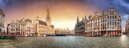 布鲁塞尔-盛大地方,比利时全景日出的 免版税库存图片